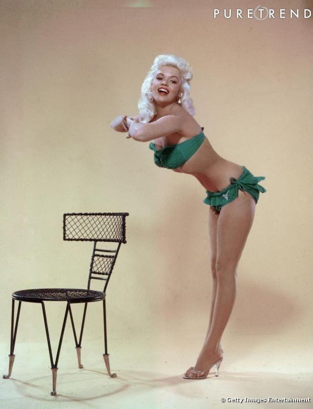 модель  Джейн Мэнсфилд(JAYNE MANSFIELD) позирует перед камерой для рекламы бикини