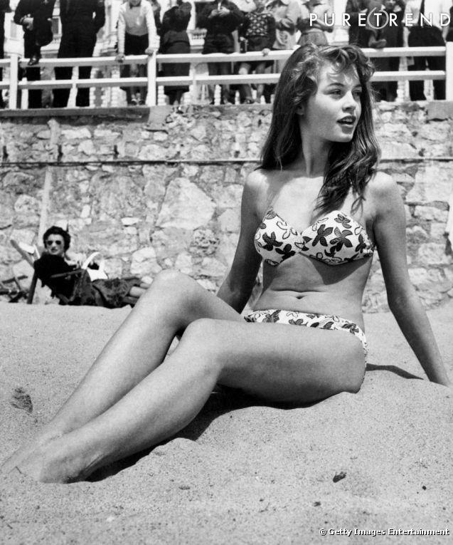 Бриджит Бордо в бикини на пляже