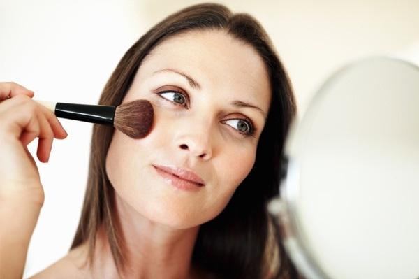 Советы, как выглядеть моложе при помощи правильного макияжа - Маскировка недостатков