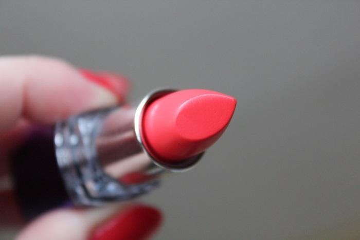 свотчи губной помады Rimmel Moisture Renew Lipstick №620 Coral Queen