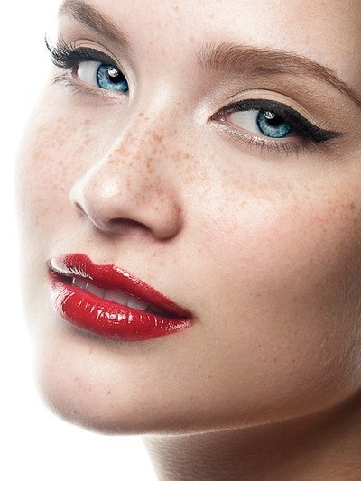стрелки с красной помадой - хороший выбор для праздничного макияжа